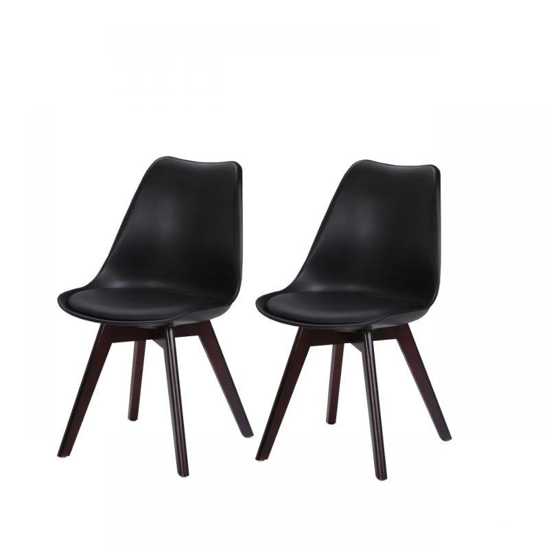 Dwa czarne plastikowe krzesła z drewnianymi nogami