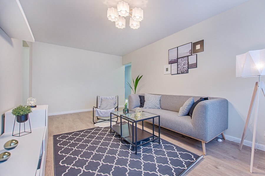 Skandynawskie mieszkanie, salon- oświetlenie i przestrzeń