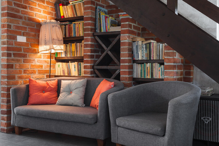 Skandynawskie wnętrza - biblioteczka z zestawem wypoczynkowym