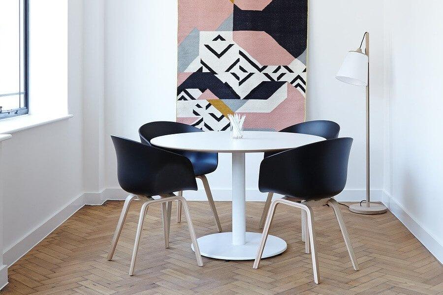 Czarne krzesła w minimalistycznym mieszkaniu