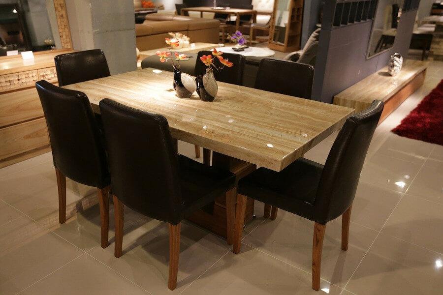 Zestaw stołowy z czaernymi krzesłami do jadalni