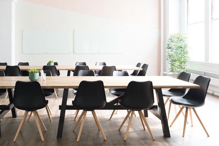 Czarne krzesła skandynawskie