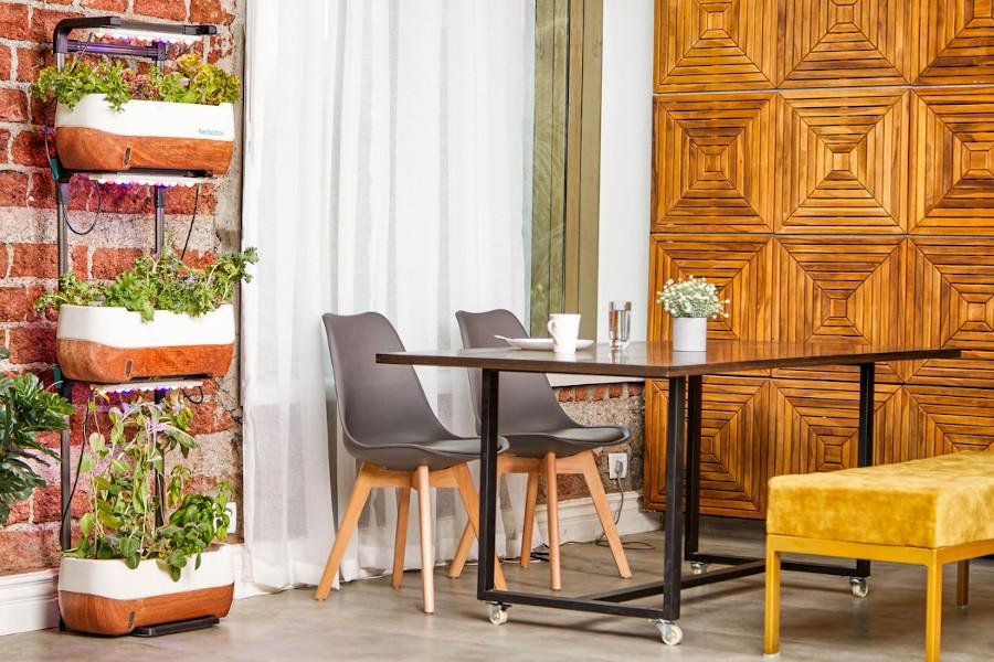 Styl industrialny na tarasie - stół i krzesła