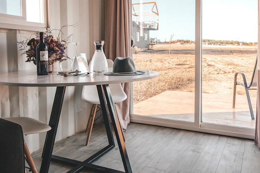Okrągły stół industrialny na metalowych nogach