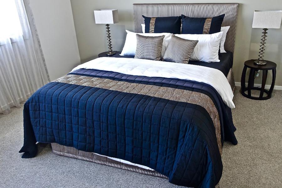 Nowoczesna sypialnia - narzuta w intensywnym kolorze