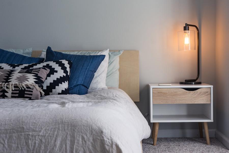 Jak ocieplić nowoczesną sypialnię - żółta barwa światła