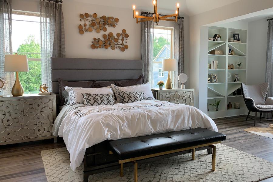 Nowoczesna przytulna sypialnia z tapicerowanym łóżkiem