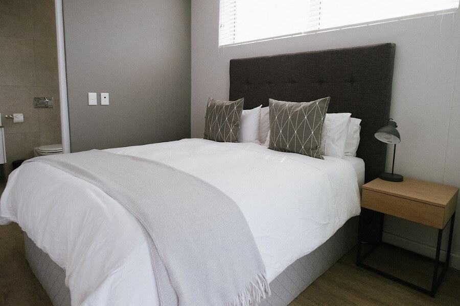 Łóżko do małej sypialni tapicerowane