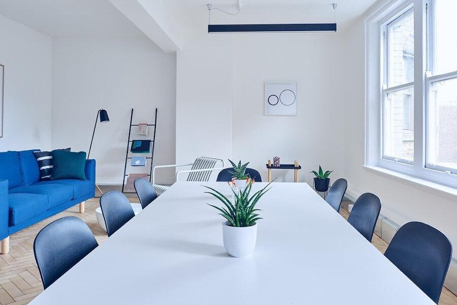Biały stół rozkładany nowoczesny - jasny stół i ciemne krzesła
