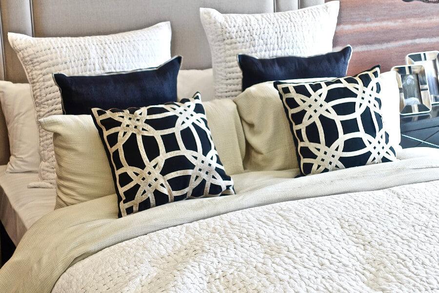 Poduszki z graficznymi printami do łóżka z ekoskóry