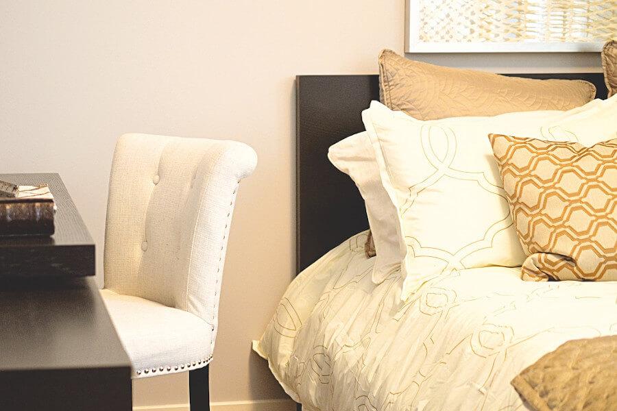 Beżowe poduszki do łóżka z ekoskóry