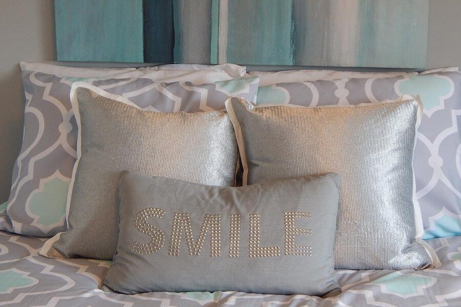 Błyszczące poduszki do łóżka welurowego