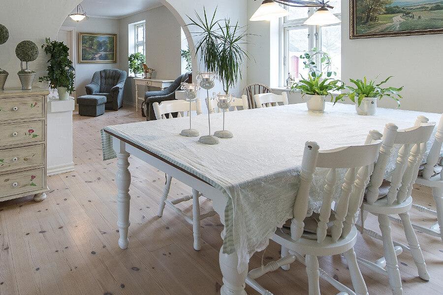 Tradycyjne krzesła drewniane w kuchni
