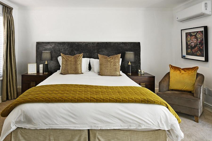Sypialnia glamour - łóżko z musztardowmi dodatkami