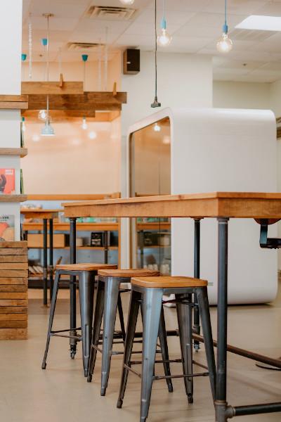 Loftowy stół i krzesła